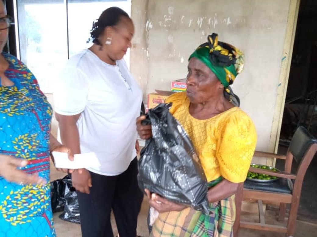 Women in Okwu Uratta Owerri, IMO State supported by the Commonwealth Businesswomen Nigeria during Coronavirus 4